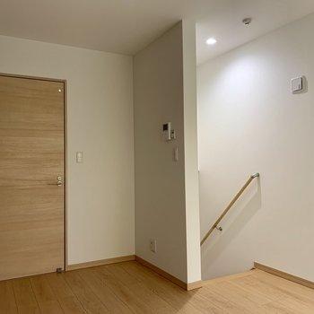 左はサニタリーへのドアです