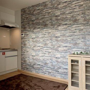 レンガ調の壁紙がステキ。※家具はサンプルです