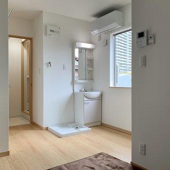 居室内に洗面台と洗濯機置き場があるんです