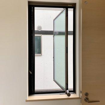 洗面台の横には滑り出し窓