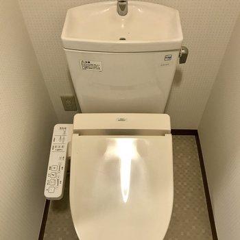 トイレは嬉しい温水洗浄機付き。