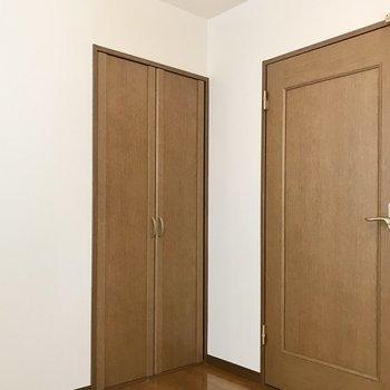 【洋室①】クローゼットと扉です。