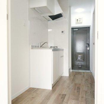 ホワイトの綺麗なキッチン。横には冷蔵庫やキッチン家電を置けます。