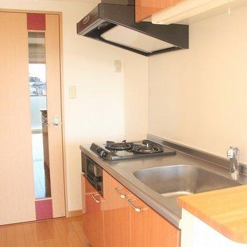 キッチン横の小さなカウンターは便利!※写真は4階の反転間取り別部屋のものです