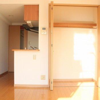 収納力のあるクローゼット。荷物の多い人にもおすすめです※写真は4階の反転間取り別部屋のものです