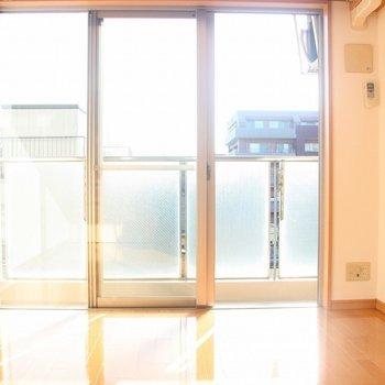まばゆいばかりの光が差し込みます※写真は4階の反転間取り別部屋のものです