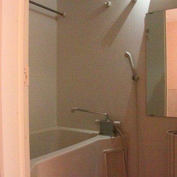 お風呂には大きな鏡付き(通電前です)※写真は4階の反転間取り別部屋のものです
