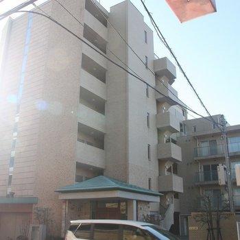 タイル張りの外観が特徴。大型のマンションです