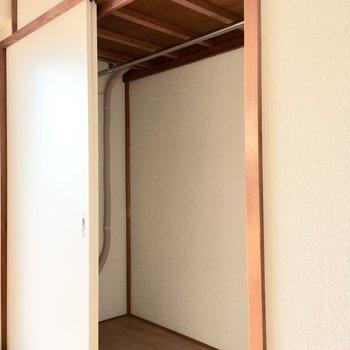 【居室:間取り図右】クローゼットも同程度の大きさ。