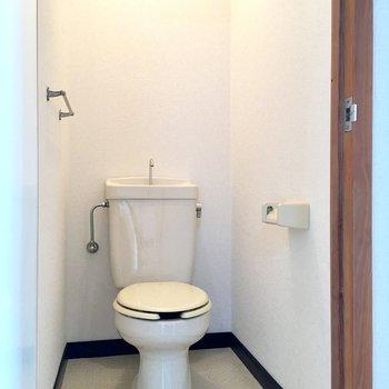 トイレは個室。落ち着きますねぇ。