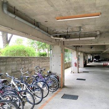 1階に駐輪場、駐車場などの共用部があります。