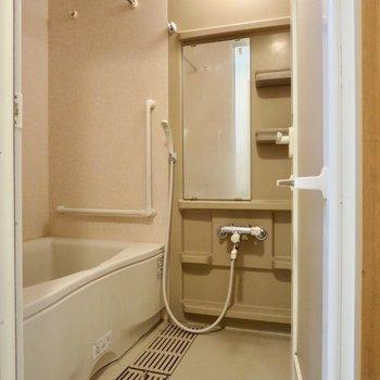 お風呂は追い焚き機能付きです※写真はクリーニング前のものです