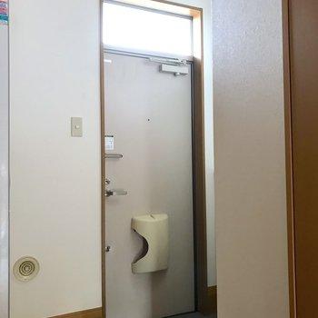 玄関とお部屋の段差は少し高めです。※写真は通電前のものです