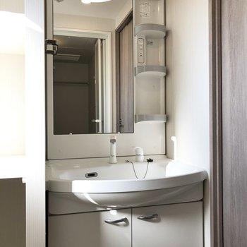 白が基調の独立洗面台です。