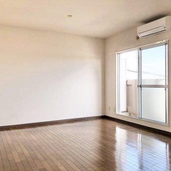 【洋室9.5帖】壁側に大きなソファを置きたいなあ。