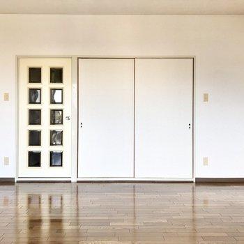【洋室9.5帖】ホワイトチョコのようなドアを開けるとDKへ。
