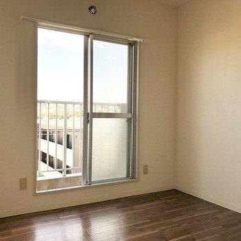 【洋室4.5帖】ベランダは隣の洋室と繋がっています。