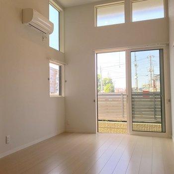窓が多く室内は風通しがよく明るい印象です。