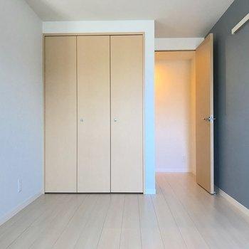 こちらも収納付きのお部屋。
