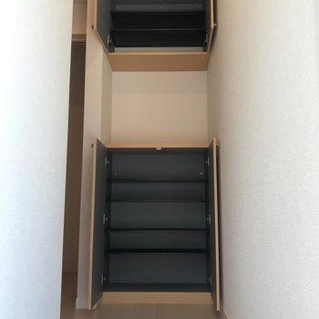 シューズボックスは2箇所設置。あまり使わない物は上にしまいましょう。