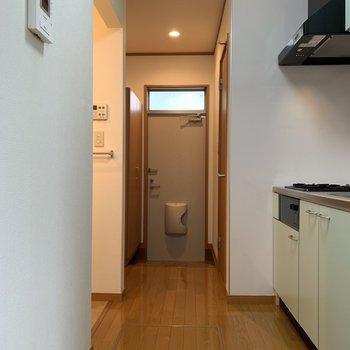 左にはサニタリー、右にはトイレです