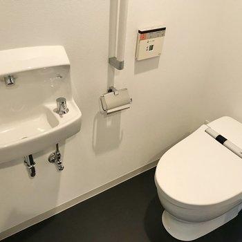 お手洗い付きのトイレは玄関横に。