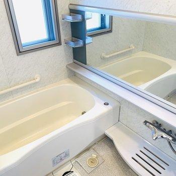 一面の鏡に大きめの浴槽、窓もついていてなんと開放的。