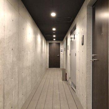 お部屋は、突き当りのドアからです。