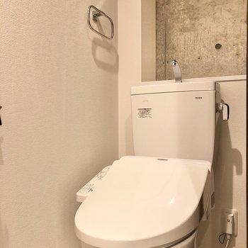 廊下に戻って、清潔感のあるトイレにご挨拶。