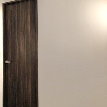 【ベッドルーム②】ドアの横にブックシェルフを置いてもいいなあ。