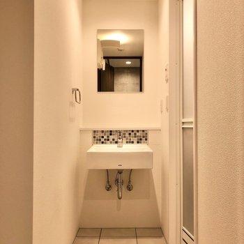 サニタリールームへ行くと、スタイリッシュな洗面台が出迎えてくれます。