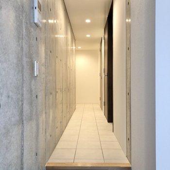 長く続く廊下の先へ行ってみましょう。