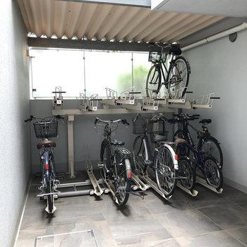 入り口入って1階の共用スペースに駐輪場が。屋根があって雨の心配もありません。
