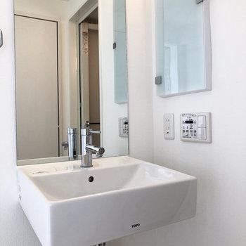 洗面台の鏡が大きいってうれしい。※写真は4階の同間取り別部屋のものです