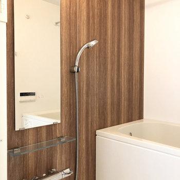 この壁のアクセント、ステキ!追い炊き・浴室乾燥も付いてます。※写真は4階の同間取り別部屋のものです