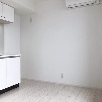 広々スペースなのでキッチン後ろに食卓を並べても◎※写真は4階の同間取り別部屋のものです