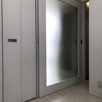 透け感のあるスライド式のドア。※写真は4階の同間取り別部屋のものです