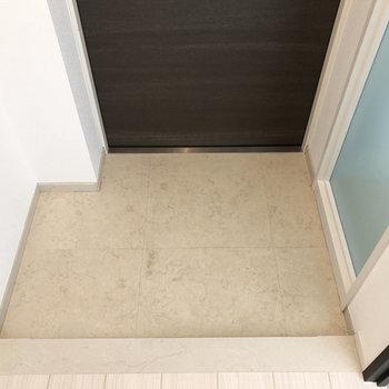 玄関の広さはこのくらい。※写真は4階の同間取り別部屋のものです