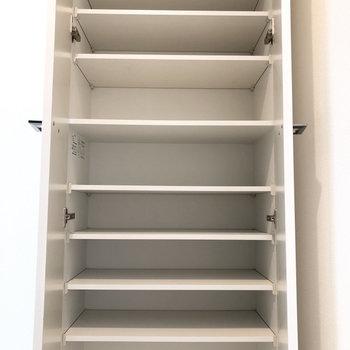たくさん収納できてうれしいシューズボックス。※写真は4階の同間取り別部屋のものです
