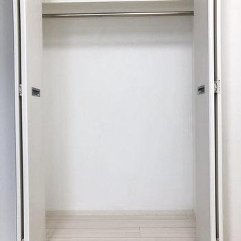 収納はこんな感じです。ボックスを置いてもよさそう。※写真は4階の同間取り別部屋のものです