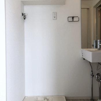 洗濯機はこちらに。上の棚に洗剤や柔軟剤を◎※写真は4階の同間取り別部屋のものです