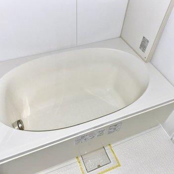 楕円形のゆったりした浴槽。しっかりリラックスできますね。※フラッシュを使用しています