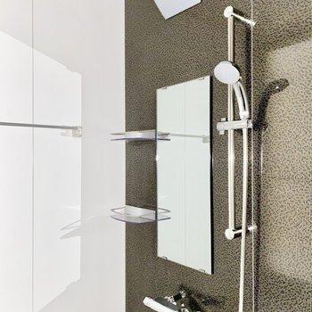 浴室。目の細かい模様が印象的。※フラッシュを使用しています