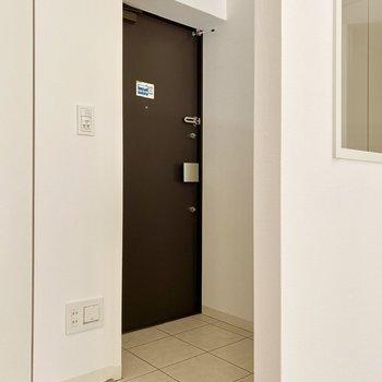 玄関。フローリングとの段差がかなり少ないです。