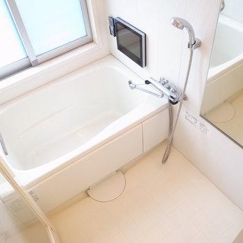 ベランダ側に集まっていますよ!お風呂はテレビがついてて豪華だな〜。