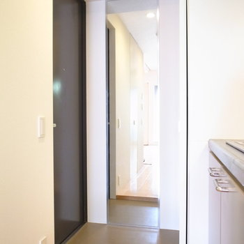 コンパクトな玄関です。大きな姿見つき!