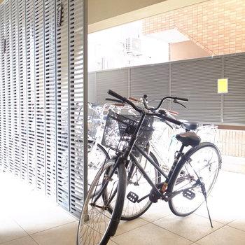 【共用部】アプローチに駐輪場があります。