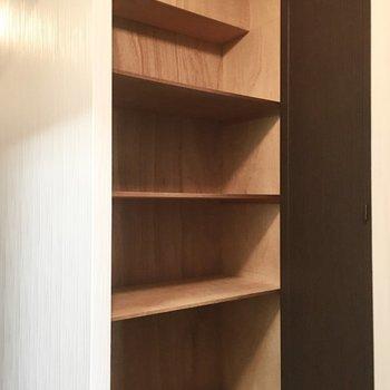 トイレ向かいの収納には日用品のストックなどを。※写真は3階同間取り・別部屋のものです