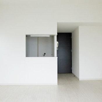 白い窓からこんにちは。(※写真は9階の同間取り別部屋のものです)