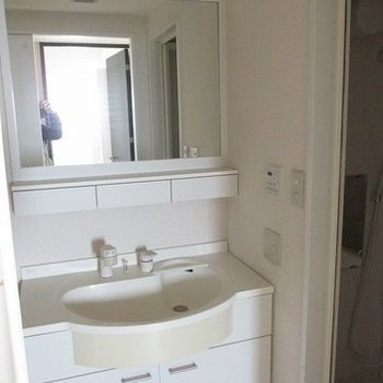 洗面台も独立していて大きめで便利そう。(※写真は9階の同間取り別部屋のものです)